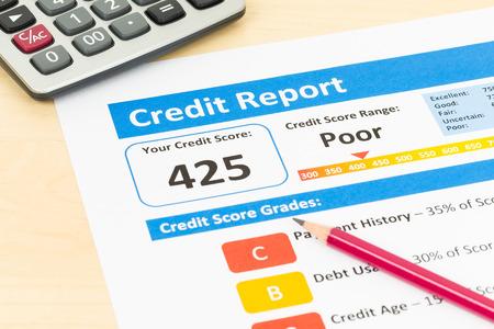 Photo pour Poor credit score report with pen and calculator - image libre de droit