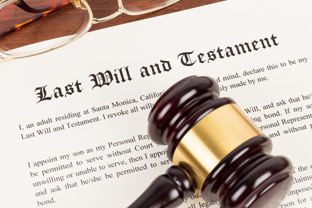 Photo pour Last will and testament on yellowish paper with wooden judge gavel; document is mock-up - image libre de droit