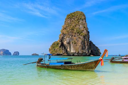 Photo pour Beautiful clear turquoise blue sea and boats at Ao Phra Nang near Railay beach, Krabi, Thailand - image libre de droit