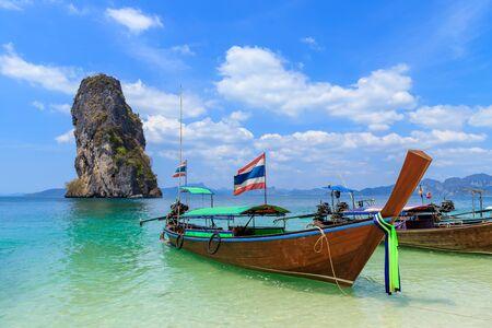 Photo pour Beautiful crystal clear turquoise blue sea and boats at Ko Poda Island, Ao Phra Nang bay, Krabi, Thailand - image libre de droit