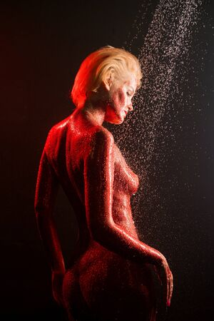 Photo pour Nude blonde covered with red color in shower - image libre de droit