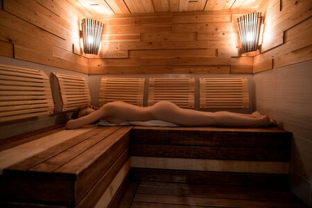 Photo pour Beautiful nude girl in sauna - image libre de droit