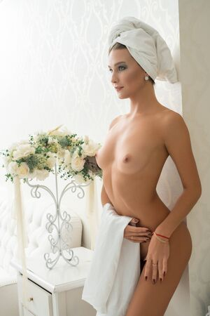 Photo pour Gorgeous nude girl in luxurious hotel room - image libre de droit