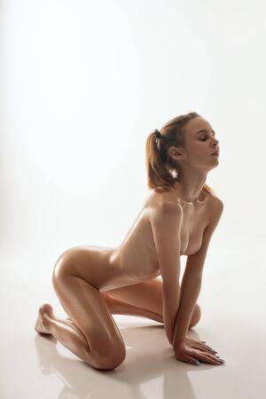 Foto de Nude beautiful woman staying on her knees - Imagen libre de derechos