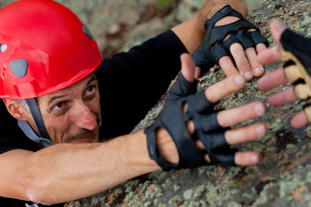 Foto de rock climber take hand of friend - Imagen libre de derechos