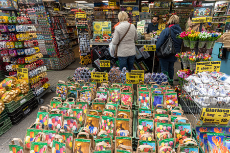 Photo pour Amsterdam, Netherlands - April 20, 2017: Flowers bulbs at the traditional flower market, Amsterdam, Holland, The Netherlands - image libre de droit