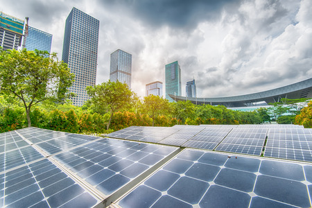 Photo pour Solar Panels In The Park Of Modern City - image libre de droit