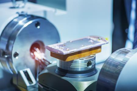 The automatic machine measure the aluminum mobile phone part