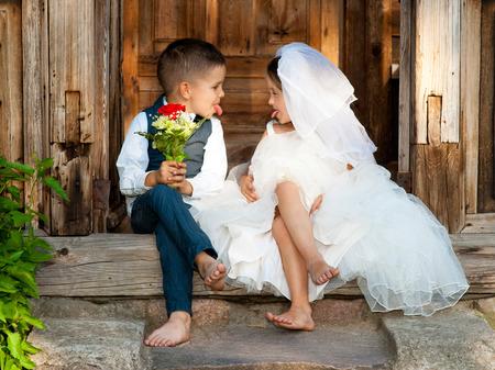 Foto de Kids Love Couple After the Wedding - Imagen libre de derechos