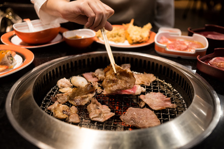 Photo pour Raw beef and pork slice on grille for barbecue or Japanese style yakiniku - image libre de droit