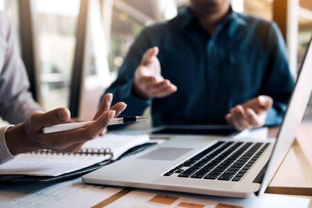 En esta imagen se representa cómo valorar una empresa requiere de negociación continua, análisis de datos recurrente y sobre todo tener claros ciertos conceptos