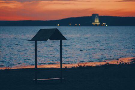 Foto de Silhouette gazebo on the beach against the setting sun. - Imagen libre de derechos