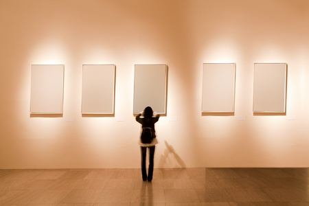 Photo pour shanghai art gallery, girl look at the blank frame - image libre de droit
