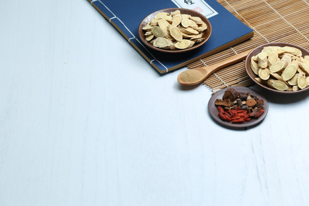 Foto de Traditional Chinese medicine and ancient medical book on white desk - Imagen libre de derechos