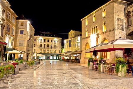 Photo pour Old square in Split night view, Dalmatia, Croatia - image libre de droit