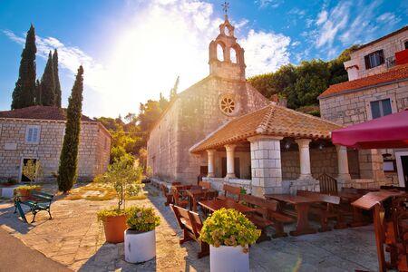 Photo pour Idyllic coastal village of Racisce on Korcula island stone chapel sun haze view, southern Dalmatia region of Croatia - image libre de droit