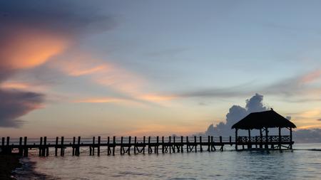 Photo pour Pier at beach with beautiful sunrise in Playa del Carmen, Mexico - image libre de droit