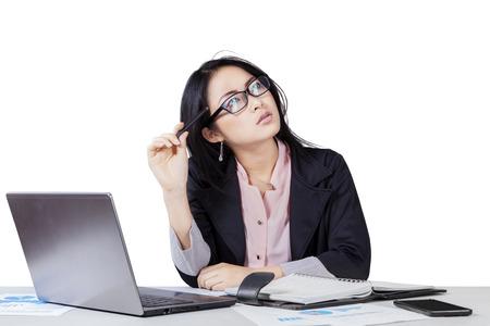 Foto de Portrait of chinese entrepreneur in business suit doing her job while thinking an idea - Imagen libre de derechos