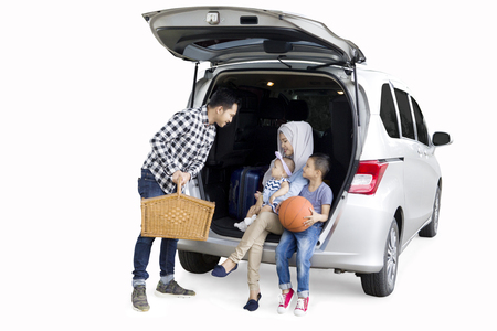 Photo pour Picture of Muslim family preparing for a road trip while travelling for holiday, isolated on white background - image libre de droit