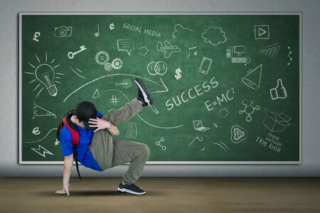 Photo pour Picture of university student doing freestyle with break dance in the classroom  - image libre de droit