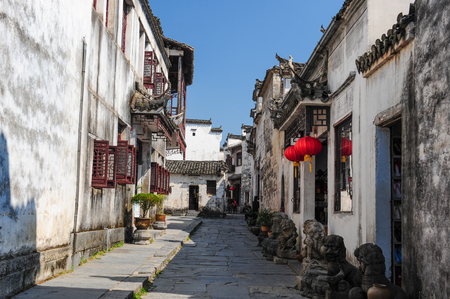In 2011, Yixian County beat Anhui Xidi Village alley, ancient houses are decorated with lions in front of the door.