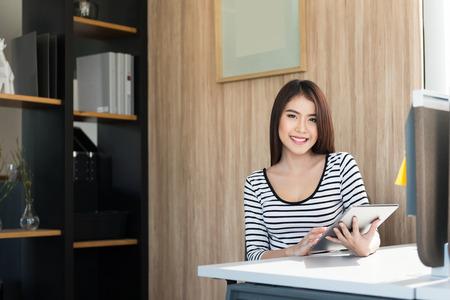 Foto de Beautiful young woman using a Tablet - Imagen libre de derechos
