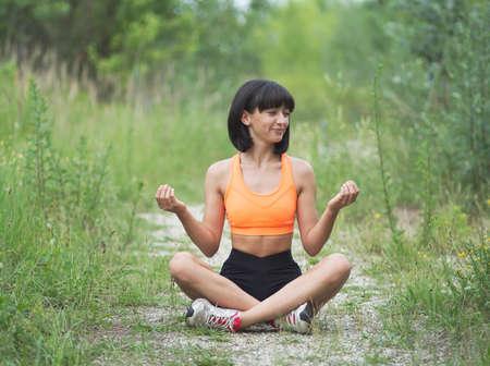 Photo pour Pretty Young Skinny Woman Doing Exercises Outdoors - image libre de droit