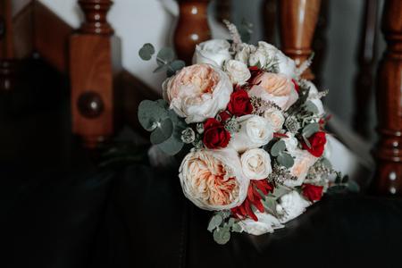 Foto de Red and white bright wedding bouquet of roses. - Imagen libre de derechos