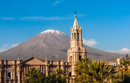 Photo pour Volcano El Misti overlooks the city Arequipa in southern Peru  Arequipa is the second most populous city of the country  Arequipa lies in the Andes mountains - image libre de droit