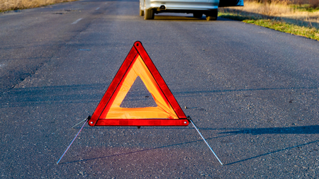 Photo pour Car problems, red warning triangle! Car fixing. the tool for car repairs - image libre de droit