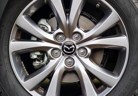 Photo pour PRAGUE, CZECH REPUBLIC - NOVEMBER 28, 2019: Wheel of Mazda car in Prague, Czech Republic, November 28, 2019 - image libre de droit