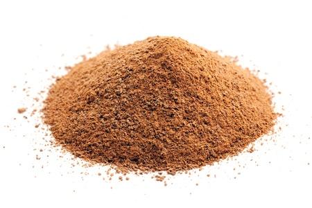 Photo pour ground cinnamon pile on white - image libre de droit