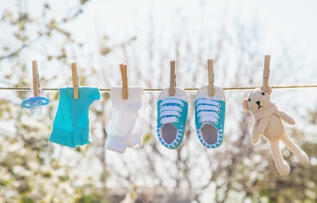Photo pour Baby clothes and accessories weigh on the rope after washing in the open air. Selective focus. nature. - image libre de droit