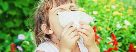 Photo pour Seasonal allergy in a child. Coryza. Selective focus. nature - image libre de droit