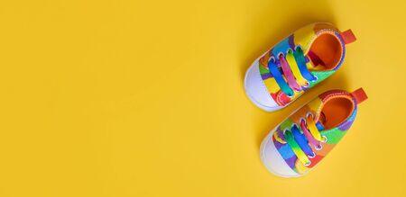 Photo pour Shoes for newborns on a yellow background. Selective focus. Baby. - image libre de droit