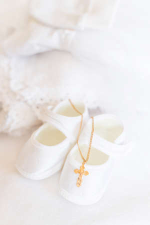 Photo pour Clothes and a cross for the baby's christening. Selective focus. White. - image libre de droit