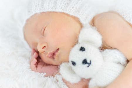 Photo pour Newborn baby sleeps in a hat. Selective focus. people. - image libre de droit