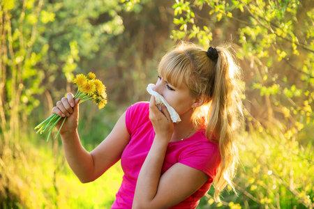 Photo pour The woman is allergic to flowers. Selective focus. nature - image libre de droit