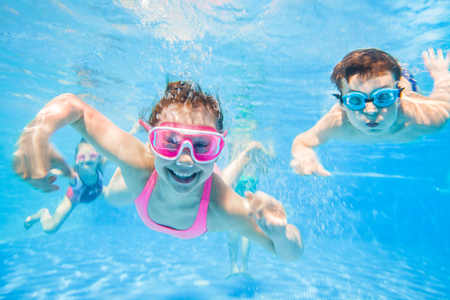 Photo pour little children  playing and  swimming  in pool  under the water. - image libre de droit