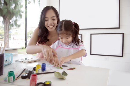Photo pour asian mother and daughter painting water color to make art object in creative activities. - image libre de droit