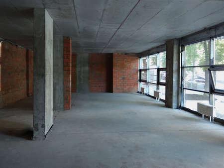 Photo pour Large empty room inside after construction, repair with large windows. - image libre de droit