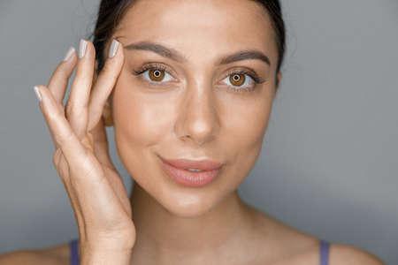 Photo pour Beautiful healthy smiling caucasian woman is doing beauty procedures at spa and healthcare salon - image libre de droit