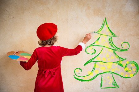 Photo pour Child painting Christmas decorations. Kid playing at home. Xmas holiday concept - image libre de droit