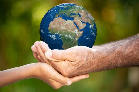 Photo pour Family holding 3D planet in hands. Earth day holiday concept. - image libre de droit