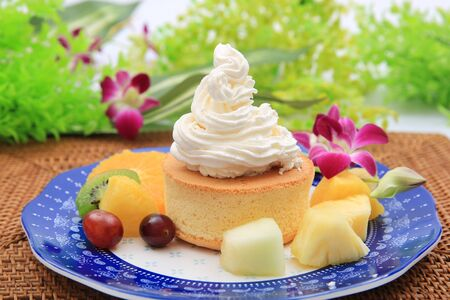 Photo pour Fresh cream is a heaping bowful of Hawaiian pancake. Whip cream is a lot. - image libre de droit