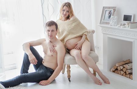 Photo pour pregnancy, shooting in the pavilion of a young mother in the period of pregnancy - image libre de droit