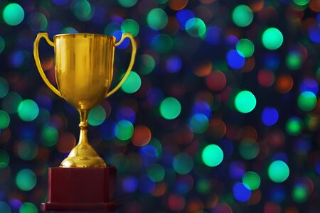 Photo pour Winner hold trophy with abstract bokeh light background. - image libre de droit