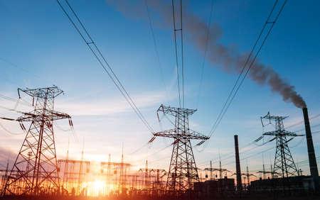 Photo pour High voltage power lines at sunset. Thermal power plant. High-voltage transformer substation. - image libre de droit