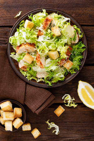Photo pour Caesar salad with grilled chicken meat, fresh lettuce, parmesan cheese and fried croutons. - image libre de droit
