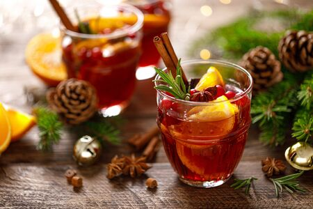 Photo pour Christmas mulled wine. Traditional festive drink with decorations and fir tree - image libre de droit
